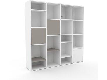 Bibliothèque - Blanc, pièce de caractère, rangements raffiné, avec porte Gris sable - 156 x 157 x 35 cm, configurable
