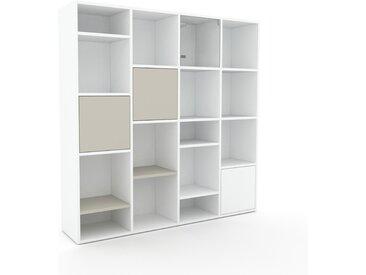 Bibliothèque - Blanc, pièce de caractère, rangements raffiné, avec porte Taupe - 156 x 157 x 35 cm, configurable