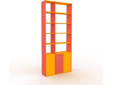 Bibliothèque - Rouge, pièce de caractère, rangements raffiné, avec porte Jaune - 116 x 272 x 35 cm, configurable