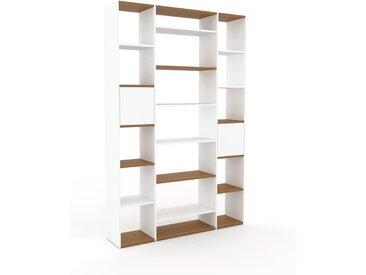 Bibliothèque - Blanc, pièce de caractère, rangements raffiné, avec porte Blanc - 154 x 233 x 35 cm, configurable