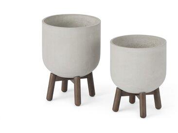 Jouko, lot de 2 cache-pots en fibre-ciment et pieds en Hévéa, béton et noyer