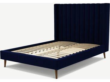Cory, lit double (140 x 200) avec sommier à lattes, velours de coton bleu de Prusse et chêne teinté noyer