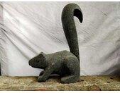 Sculpture de jardin en pierre volcanique ecureuil debout 50 cm