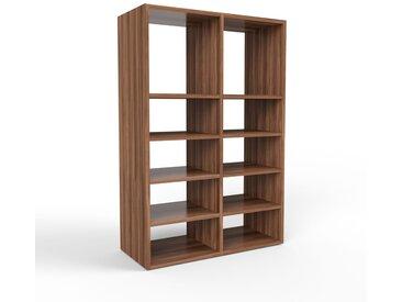 Bibliothèque en noyer, bois massif, aspect intemporel et naturel, étagère pour livres de qualité, solide et robuste - 79 x 118 x 35 cm